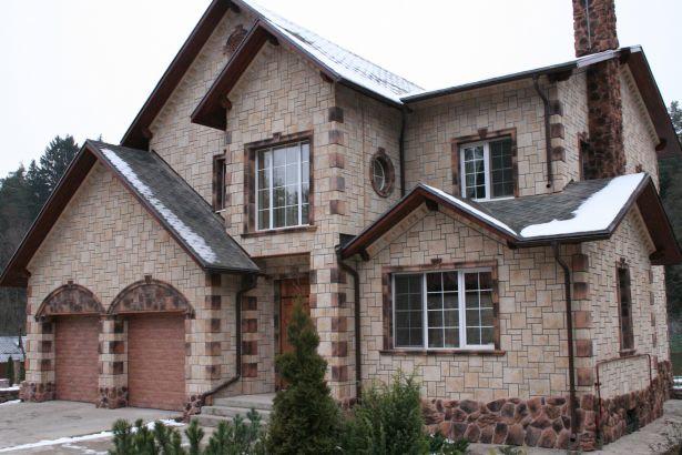 Фасад дома, облицованный камнем