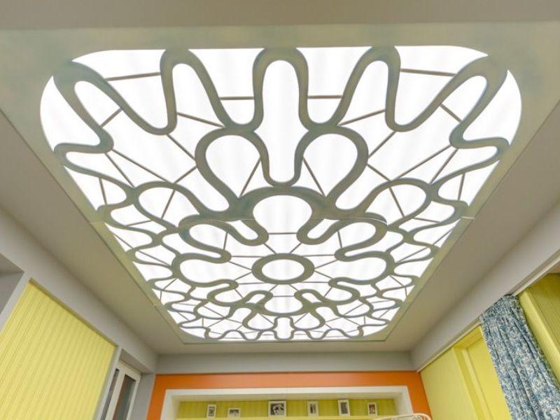 комбинированный потолок из оргстекла с подсветкой