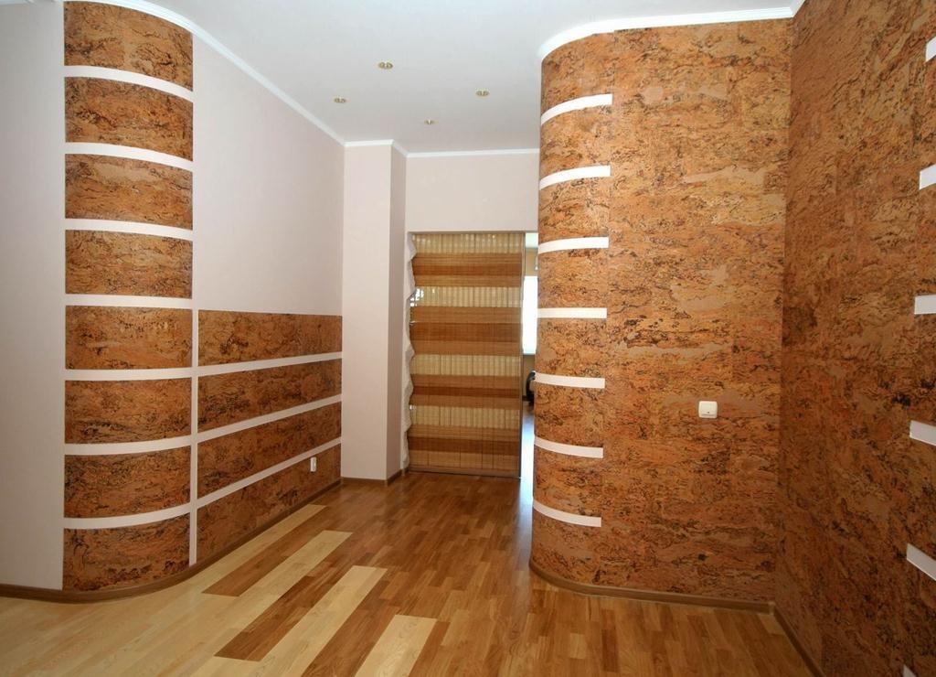 Стены отделанные пробковыми панелями