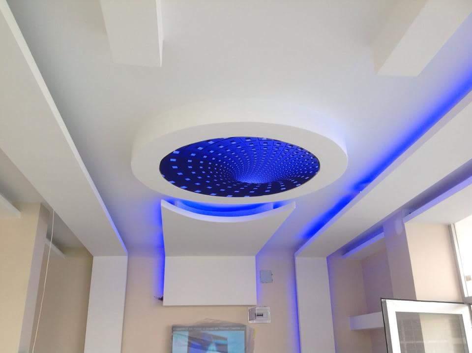 Потолок из синего оргстекла с узором и подсветкой