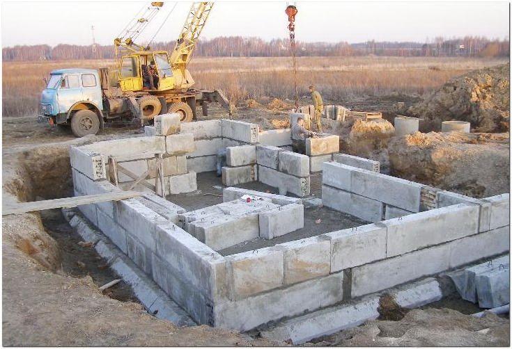 Сборка ленточного фундамента из блоков ФБС на объекте у заказчика