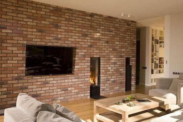 Стена из клинкерного декоративного кирпича в интерьере гостинной