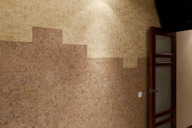 пробка на стене в разбежку разным цветом тона