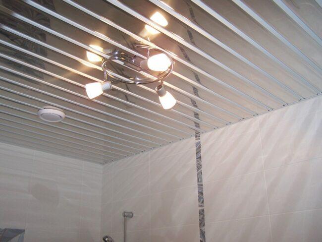 Зеркальный реечный потолок в ванной комнате