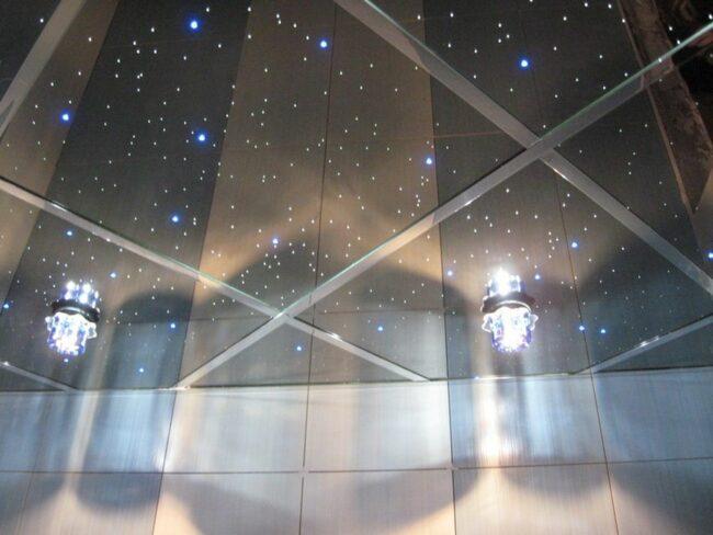 темный зеркальный потолок в ванной