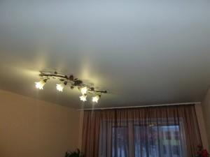 Белый матовый потолок с люстрой
