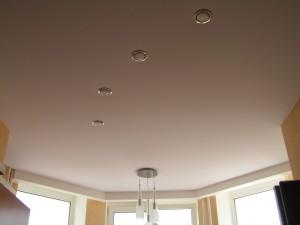 Белый матовый потолок с точечными светильниками
