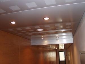 Белый потолок со светильниками
