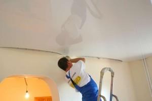Монтаж глянцевого потолка на каркас