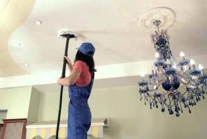 Мытьё натяжных потолков шваброй