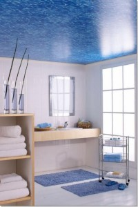 Натяжной потолок в ванной с рисунком воды