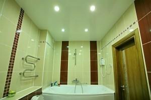 Натяжной потолок в ванной с точечными светильниками