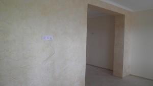 Отделка стен в гостиной декоративной штукатуркой
