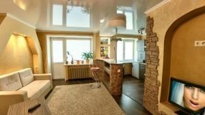 Отделка стен в гостиной искусственным камнем