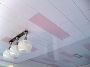 Потолок с розовыми вставками
