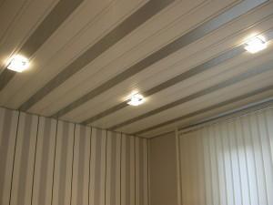 Панельный потолок с золотыми вставками