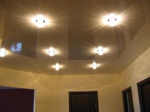 Светлый глянцевый потолок с точечными светильниками