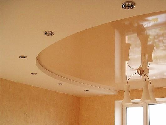 натяжной комбинированный бежевый потолок с люстрой