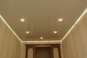 Парящий потолок с точечными светильниками