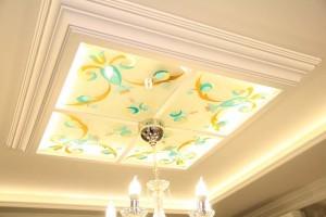 Витражный потолок с люстрой
