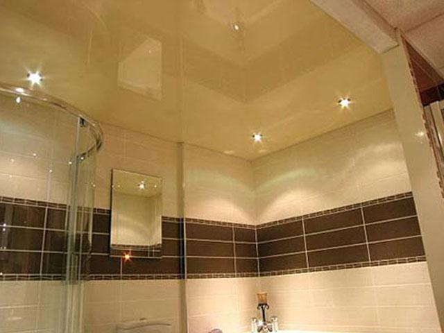 Натяжной бежевый потолок в маленькой ванной комнате