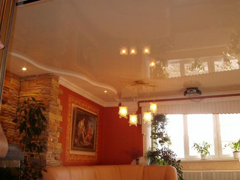 бежевый натяжной потолок в интерьере гостиной