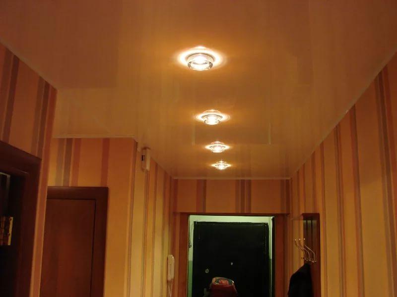 прихожая с бежевым натяжным потолком и точечными светильниками