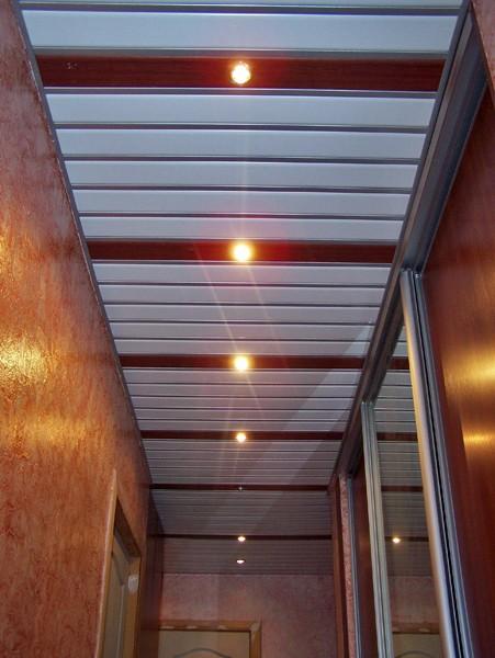 Алюминиевые реечные подвесные потолки в коридоре