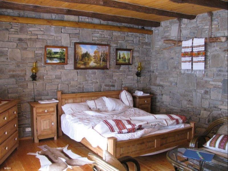 Спальня в стиле прованс с деревянной мебелью