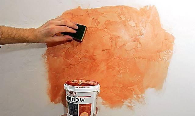 нанесение краски на стену с эффектом под мрамор