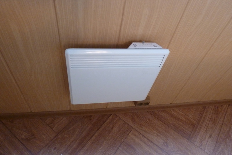 пластиковая панель за радиатором