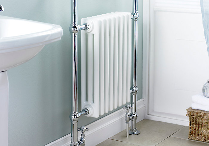 радиатор установленный в ванной комнате с крашенной стеной