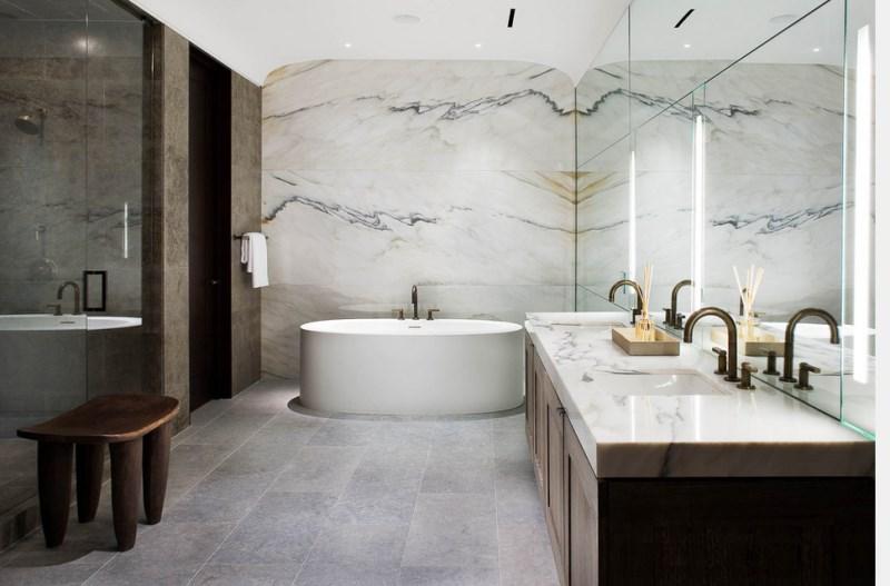 современный интерьер в ванной выполненный из мрамора