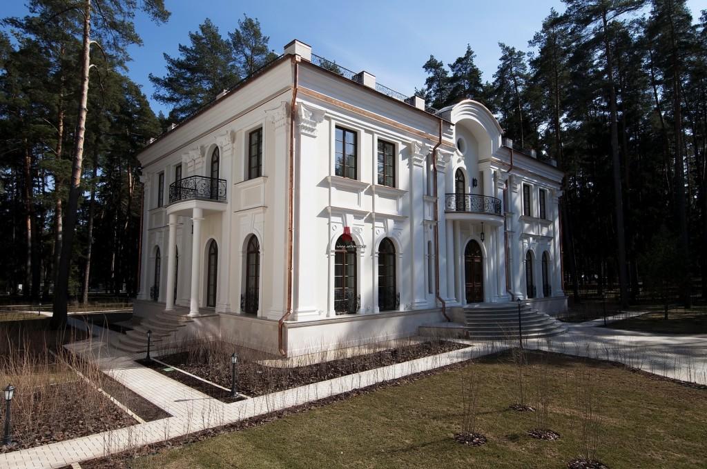 Фото фасада загородного дома в классическом стиле