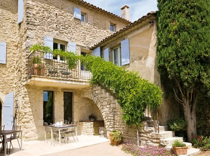 Дом в стиле прованс украшенный цветами и зеленью