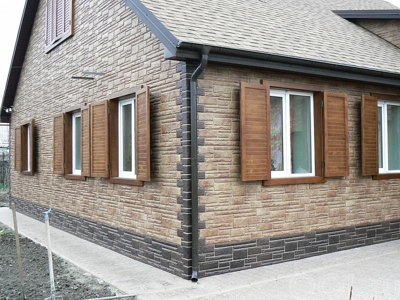 дом обшитый пластиковыми фасадными панелями