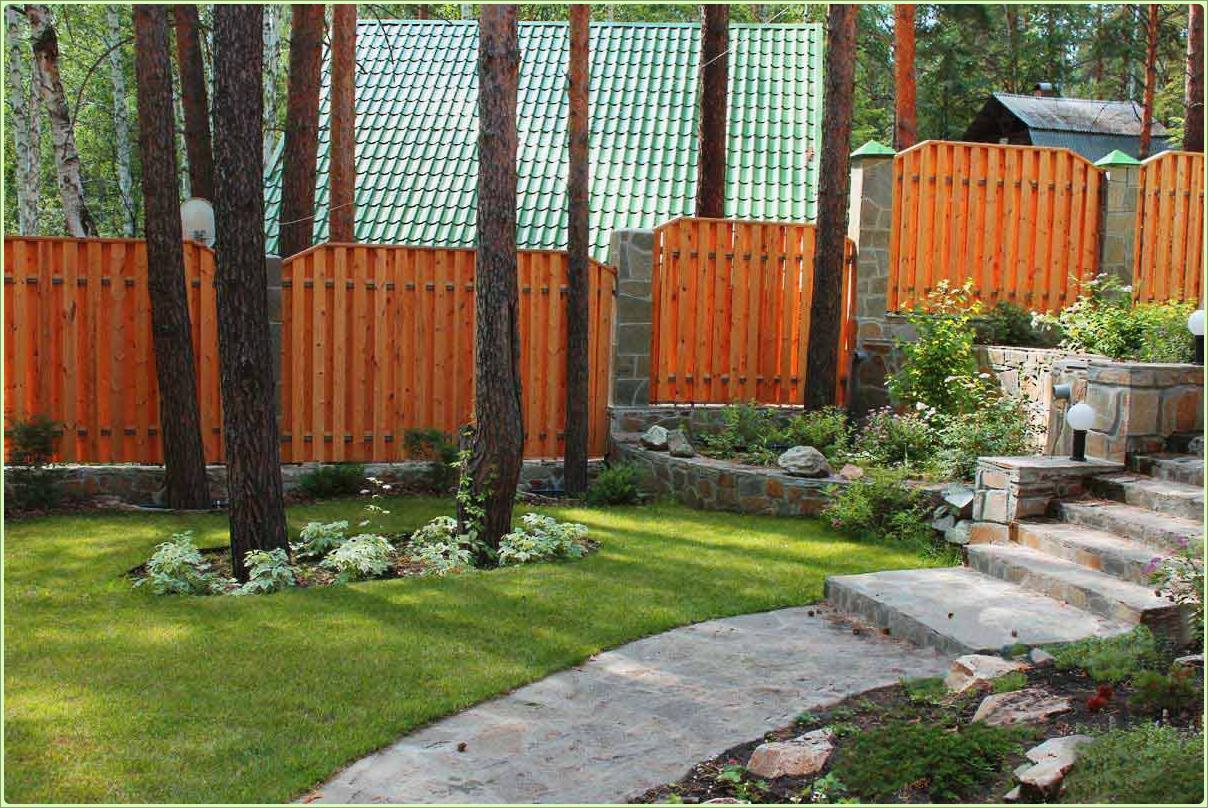 деревянный забор на участке с разными уровнями