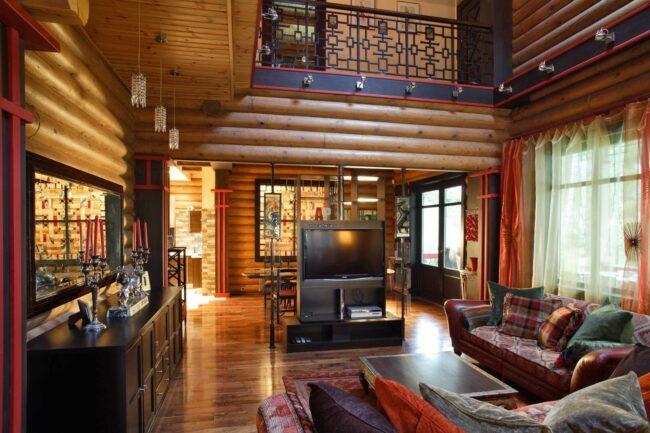 внутри дома из оцилиндрованного бревна