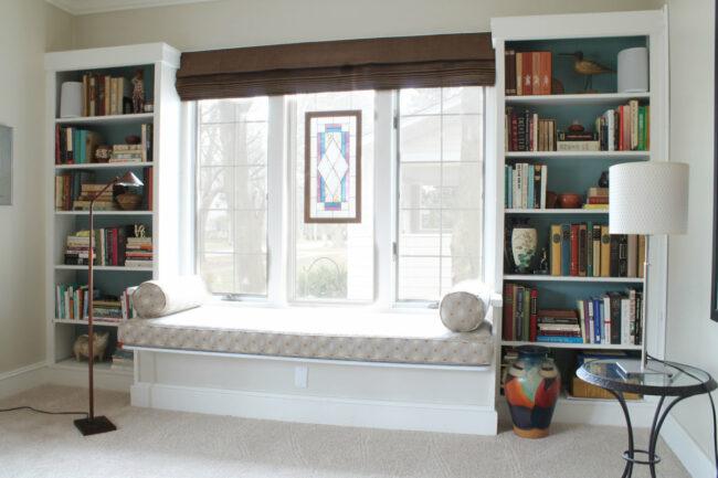 скамья с местом для хранения у окна