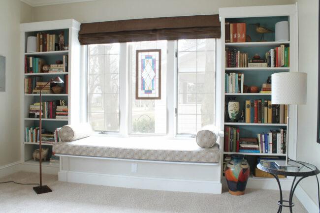 библиотека и место для отдыха у окна