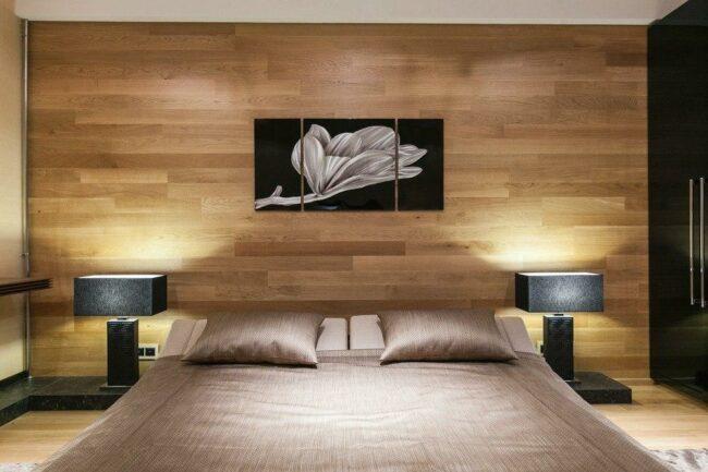 стена, отделанная под дерево в спальне