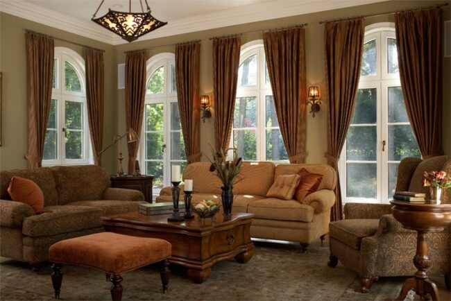 Интерьер гостиной со шторами и деревянной мебелью