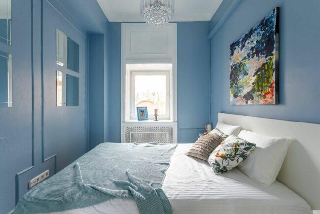 Маленькая спальня в холодных тонах с голубыми стенами