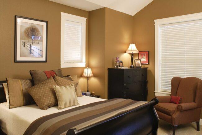 Маленькая спальня с однотонными стенами