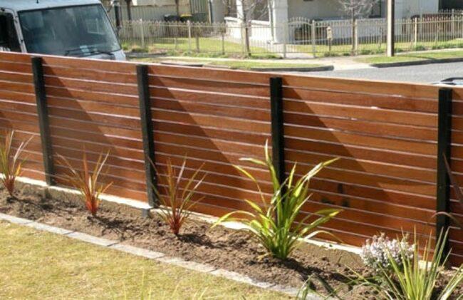 Красивый забор из дерева на металлических столбах