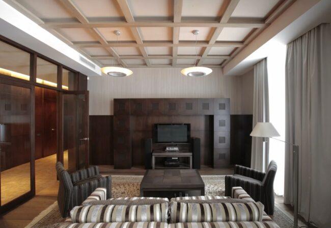 Потолок с декоративными балками под светлое дерево
