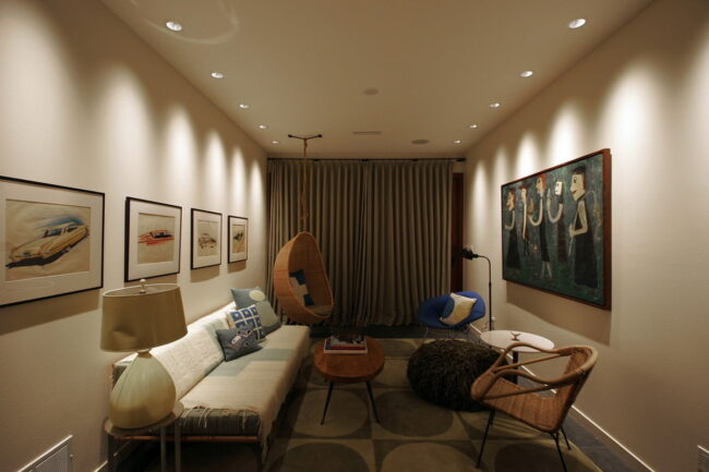 Интерьер со встроенными потолочными светильниками