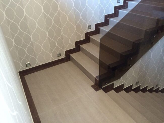 современная отделка лестницы в доме плиткой