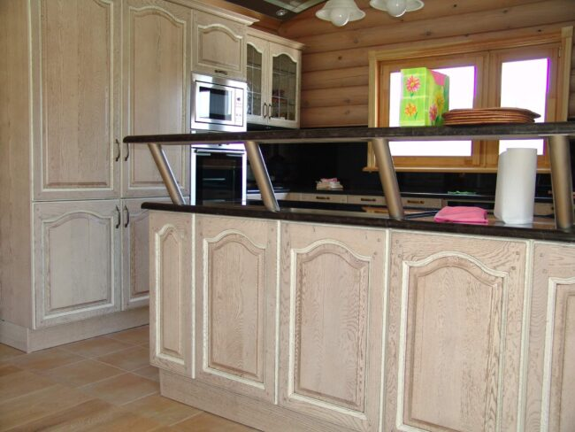 кухня из выбеленной древесины