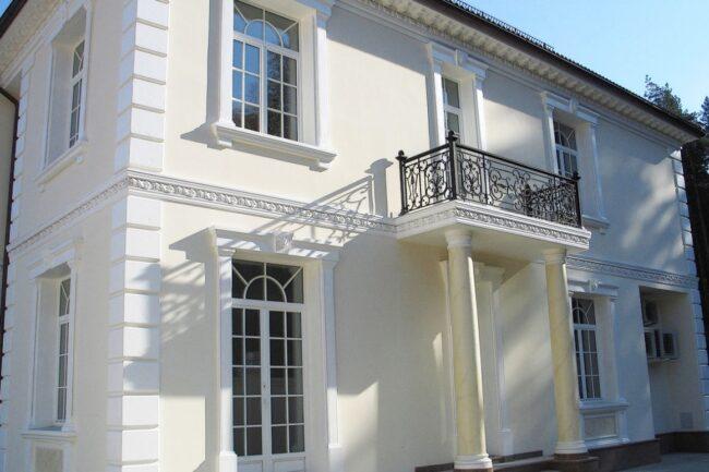 отделка фасада дома лепниной из пенополиуретана